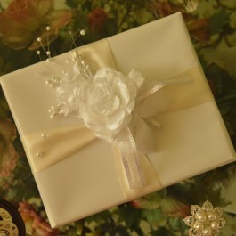 GF08 Gift Wrapping with flower and confetti