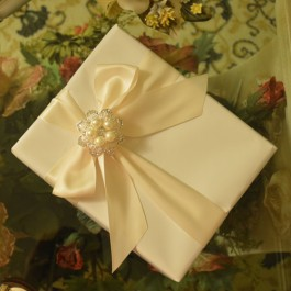 GF04 Gift Wrapping with Rhinestone Brooch