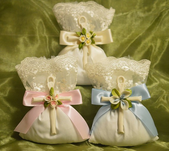 23a625d43cb70a AF1518 Favor bag Flowers Almond favors Jordan almonds flowers Baptism  Christening with Capodimonte cross Favors First