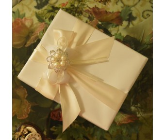 GF05 Gift Wrapping with Rhinestone Brooch and Confetti